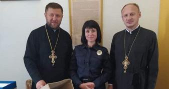 Поліціянтка та священники