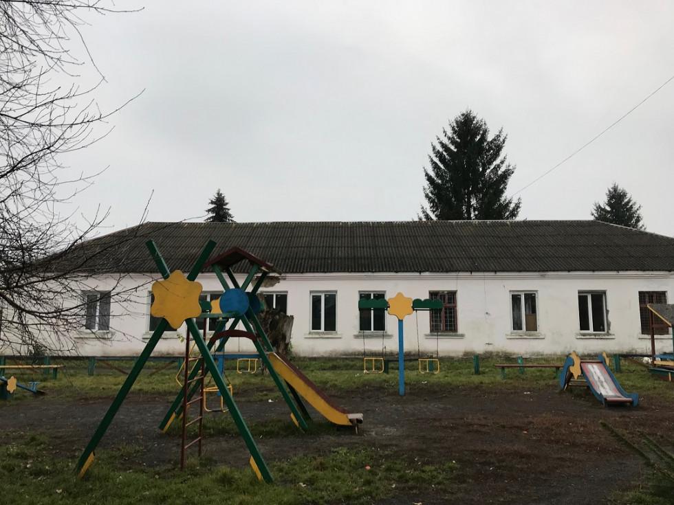 Дитячий майданчик біля Будинку школяра