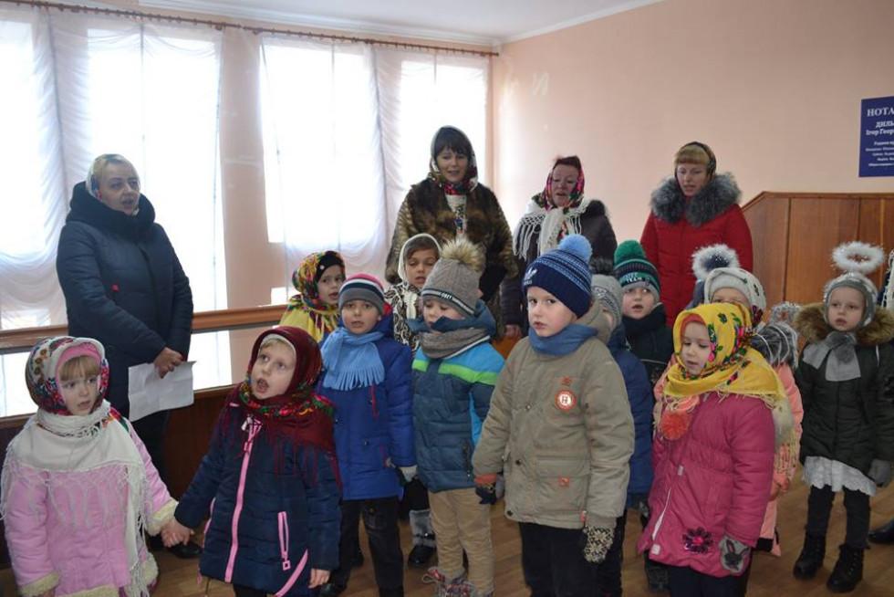 Діти колядують у селищній раді