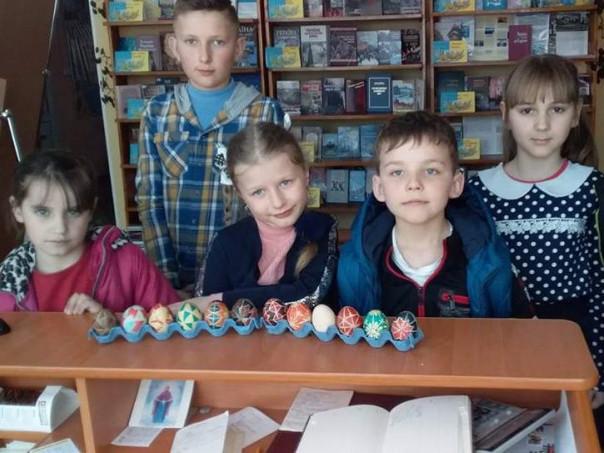 Діти із готовими писанками