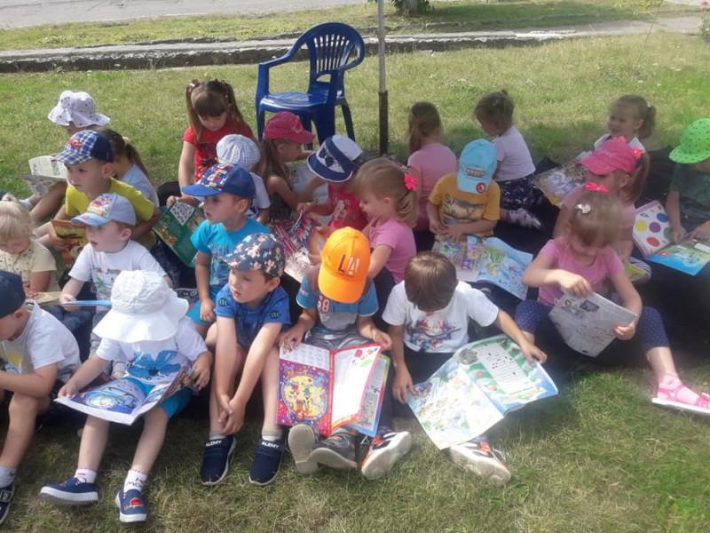 Діти у бібліотечній парасольці