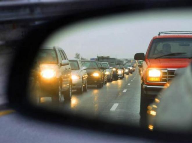 З 1 жовтня водії повинні вмикати ближнє світло фар