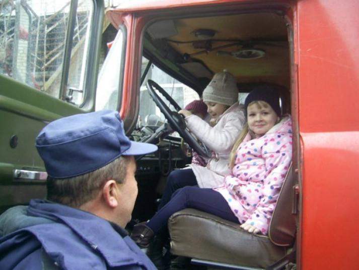 Рятувальники Локачинського сектора ДСНС зі школярками
