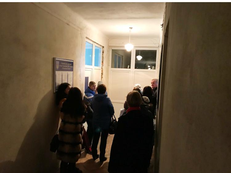 Черга біля дверей Локачинського сектору ДМС