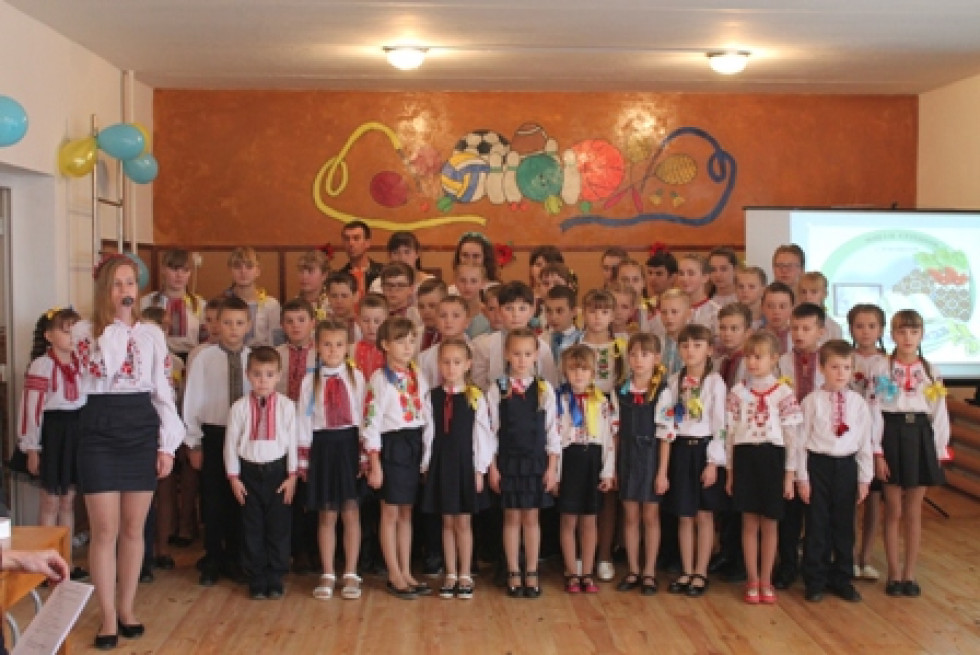 Школярі і школярки школи у П'ятикорах