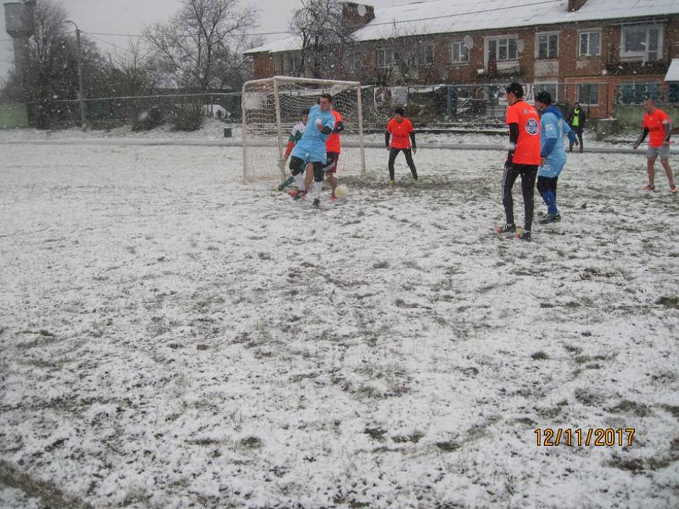 Футболісти грають на засніженому полі