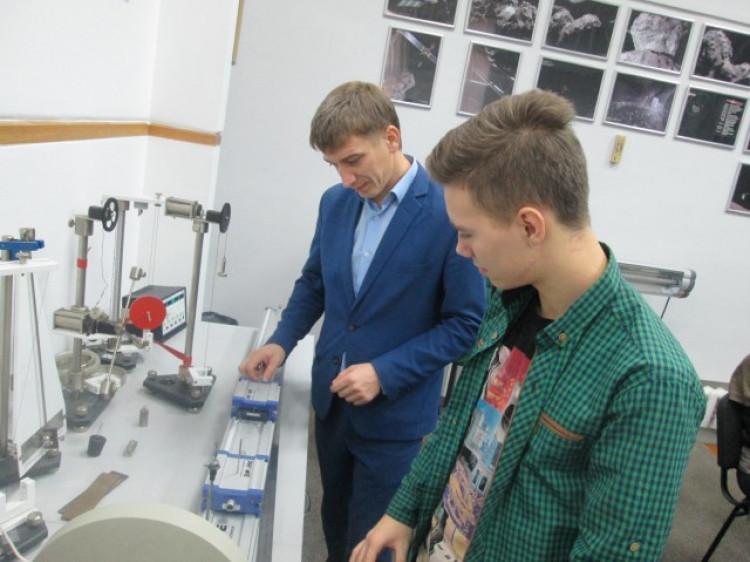 Вчитель фізики Віктор Никитюк та Владіслав Слупко