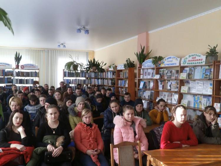 Учні та викладачі Локачинської філії Оваднівського ПТУ