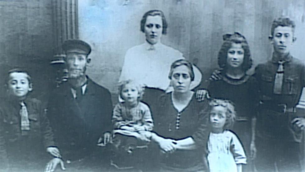 Гелен Перел, дівоче прізвище Гая Філлер (у білому платті) разом із своєю родиною у м. Кисилин. Фонд Шоа Університету Південної Каліфорнії, інтерв'ю з Гелен Перел.