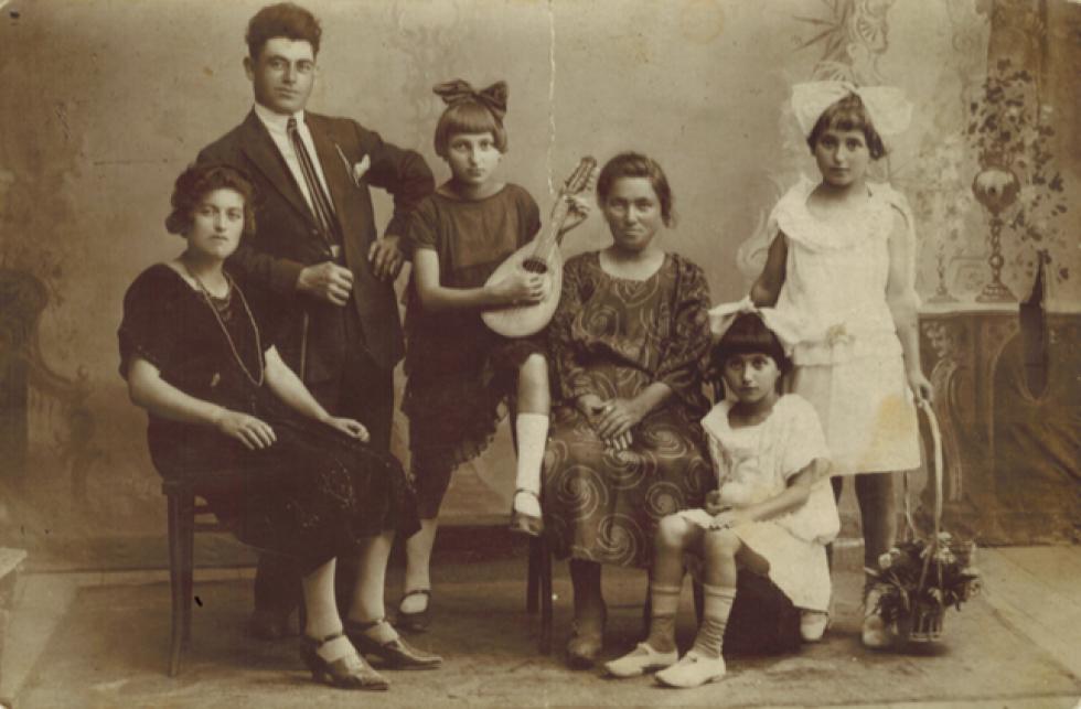 Малке Цукер та її майбутній чоловік Нахман Пудік і Міндель Пудік-Гохман та її три доньки: Сара, Рейзель і Мір'ям. Сара перед війною переїхала до Палестини. Мір'ям служила у Червоній Армії медсестрою. З люб'язного дозволу Сама Стульберга та Джона Полліка.