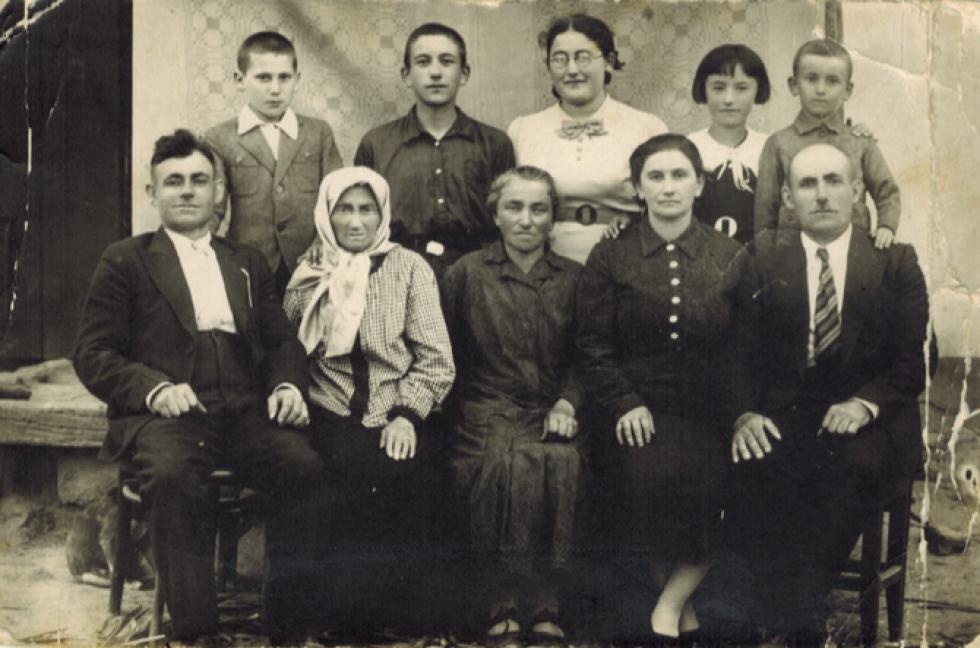 Бруха Пудік сидить, друга зліва, між її сином Нахманом і донькою Міндель Гохман, разом з невісткою Белою та сином Іциком. Стоять: онук Йоне Пудік (з Луцька) та діти Іцика Йоне, Естер, Песя та Шимшун З люб'язного дозволу Сама Стульберга та Джона Полліка.