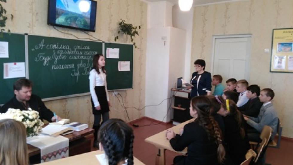 Учениця школи читає поезію