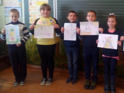 Діти зі своїми малюнками