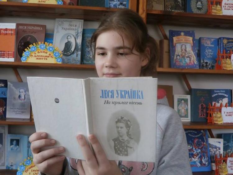 Дівчина читає вірші зі збірки