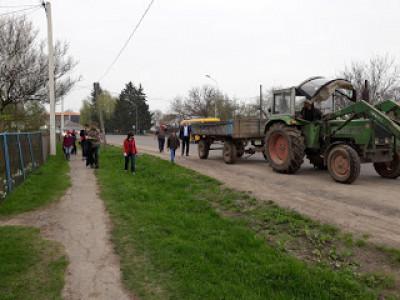Затурці: як школярі порядок біля школи наводили