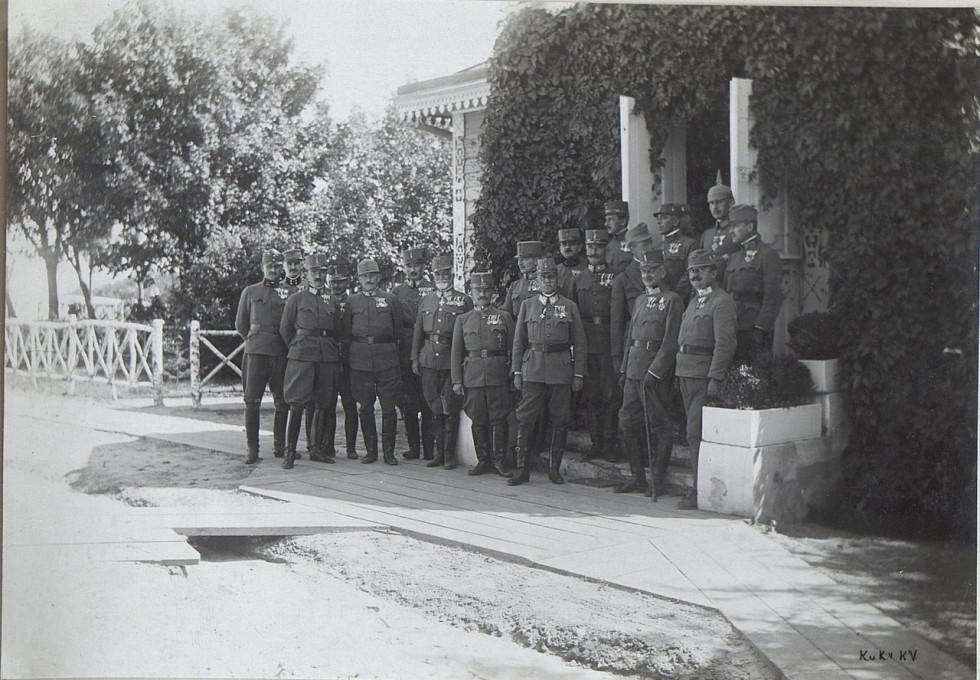 Офіцер вищого командного складу у центрі