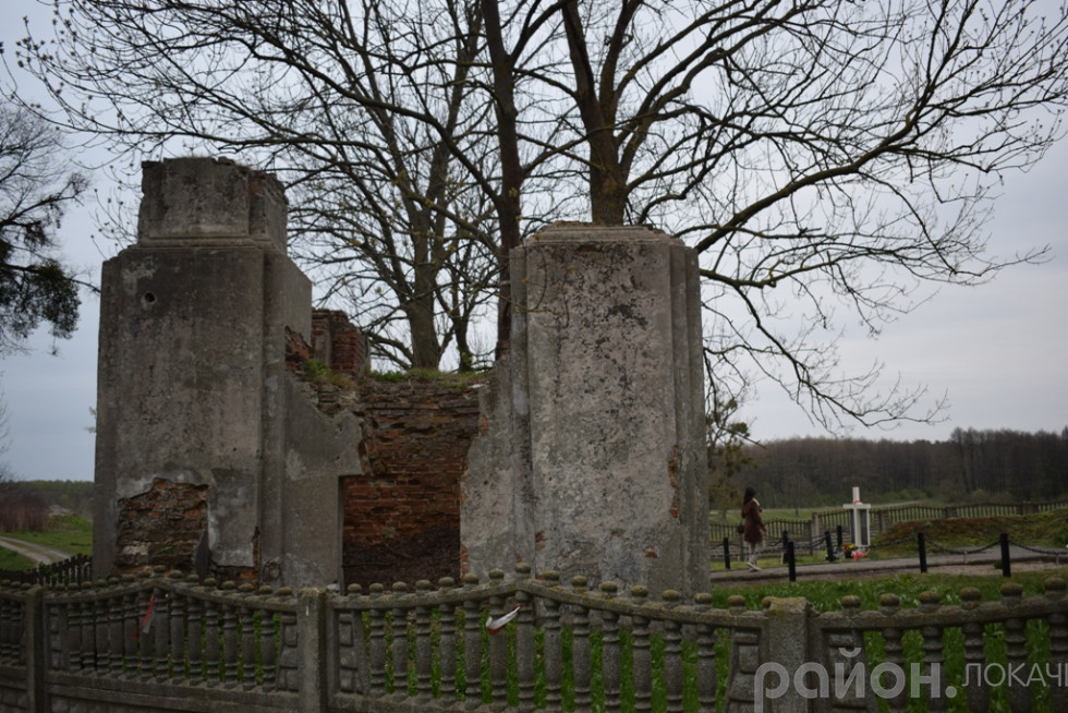 Невеличке кладовище біля костелу