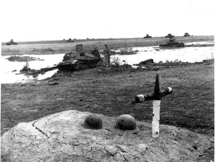 Хрест на місці могили командира 22-го мехкорпусу С. Кондрусєва.