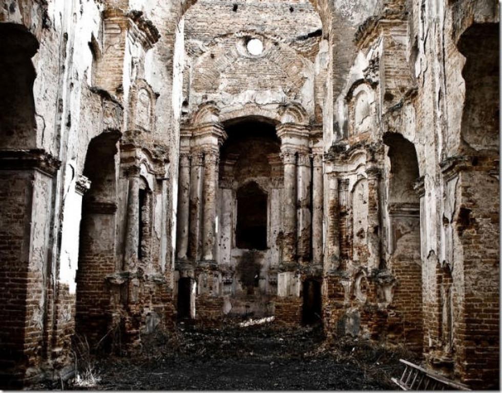 Всередині зруйнованого кількаденним боєм монастиря. Фото: mr-brut.livejournal.com