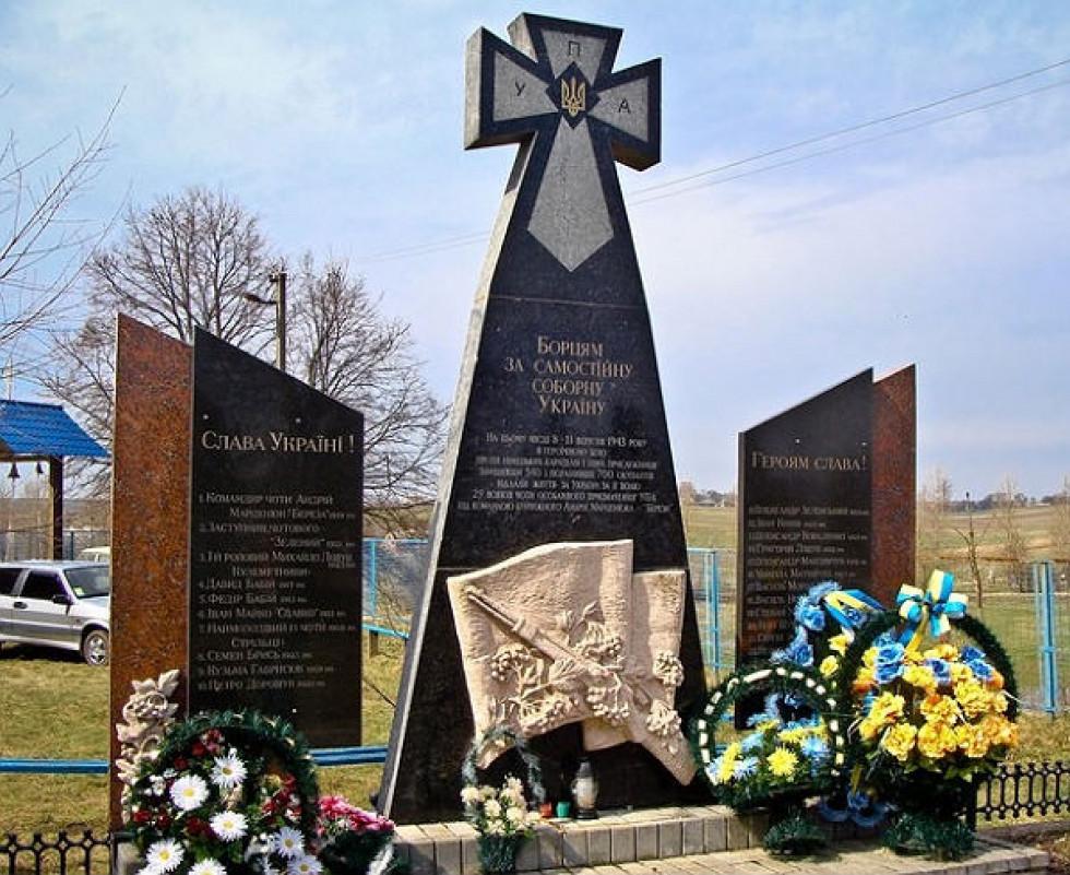 Пам'ятник воїнам УПА біля стін монастиря. Фото: mr-brut.livejournal.com