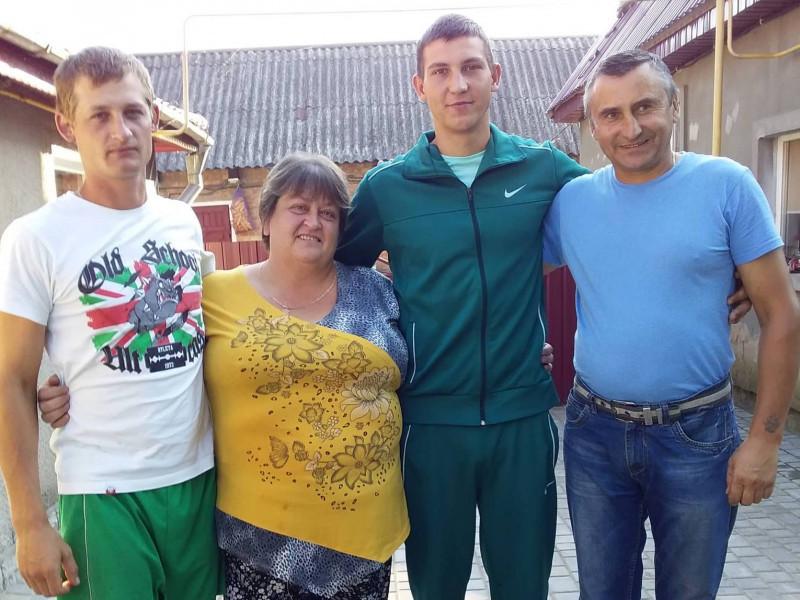Володимир Колкутін (другий справа) зі своєю сім'єю