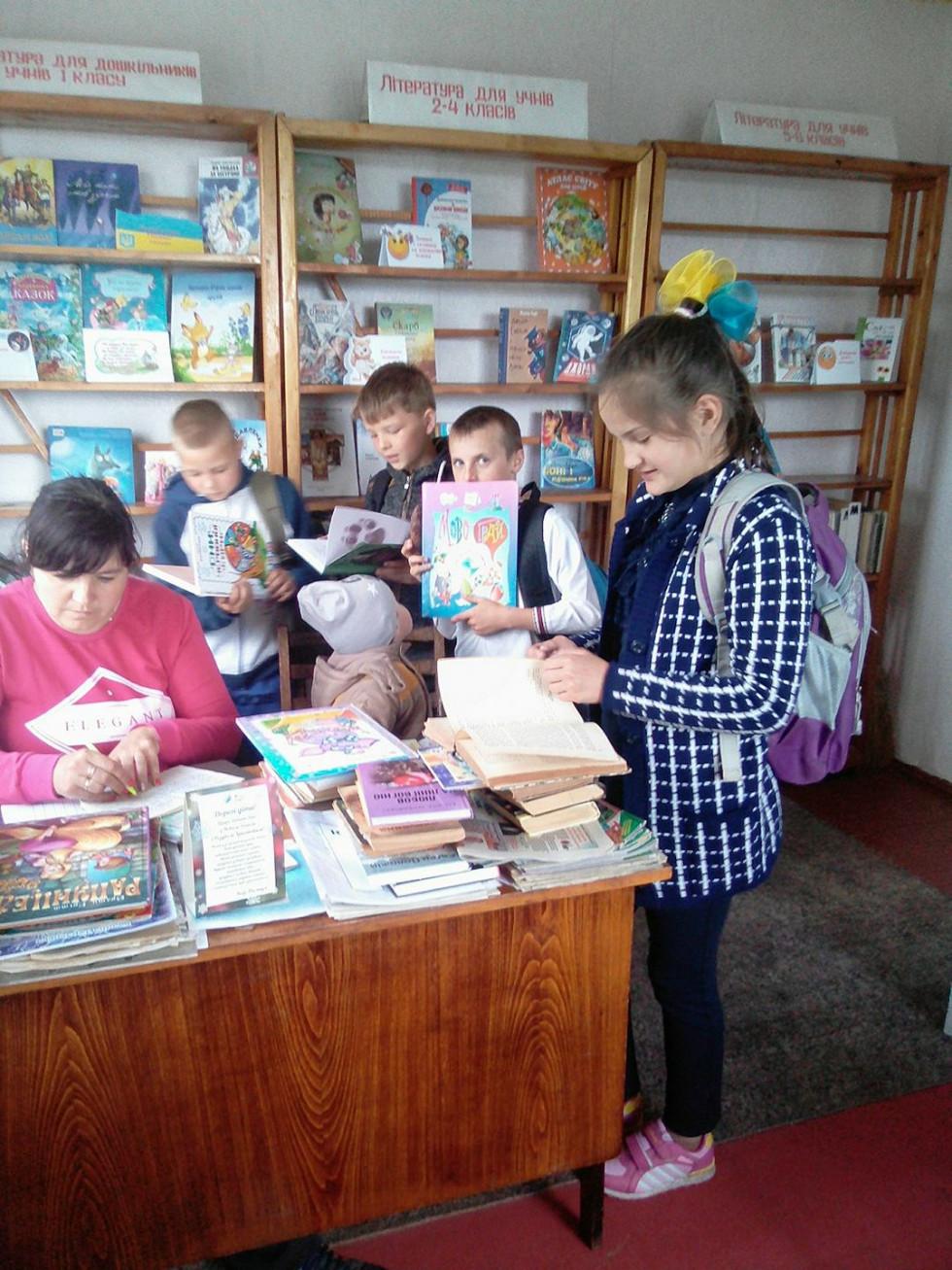 Мирослава Хилюк з маленькими читачами