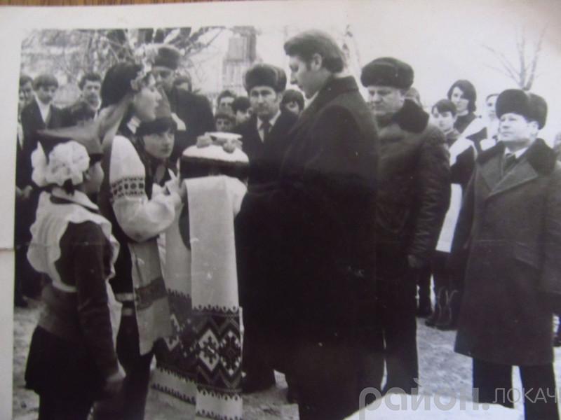 Юрій Босак на відкритті школи в селі Озютичі (1982 рік)