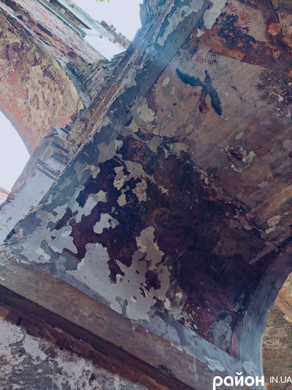 Придивіться: у цьому побляклому шматочку колишньої розкоші ще можна впізнати фреску